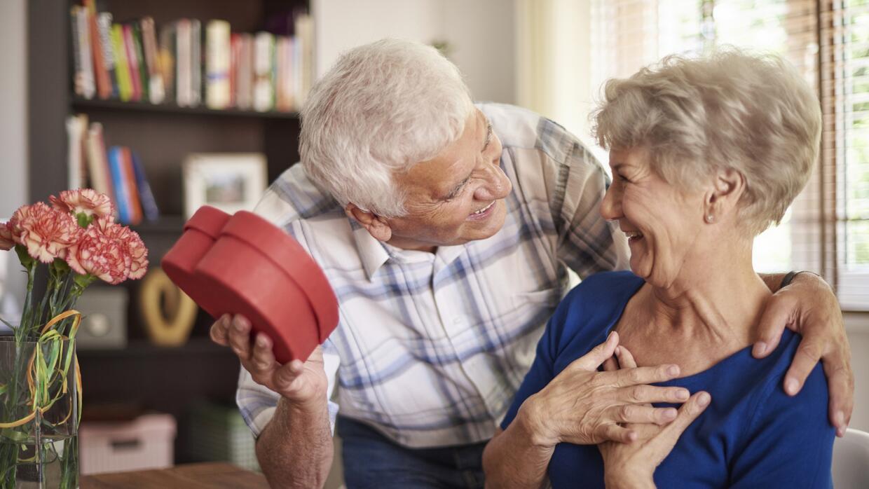 Hombre mayor dando regalo