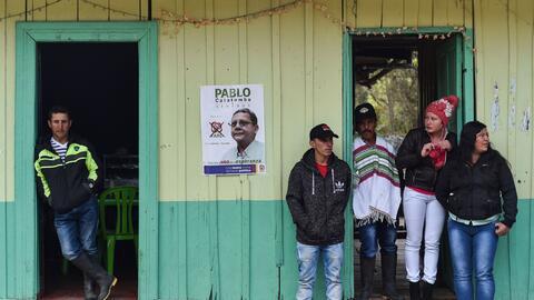 Un grupo de personas espera en una casa de Santa Lucía, en el Val...