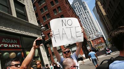 Un hombre clama por el cese del odio en una manifestación en Bostón, en...