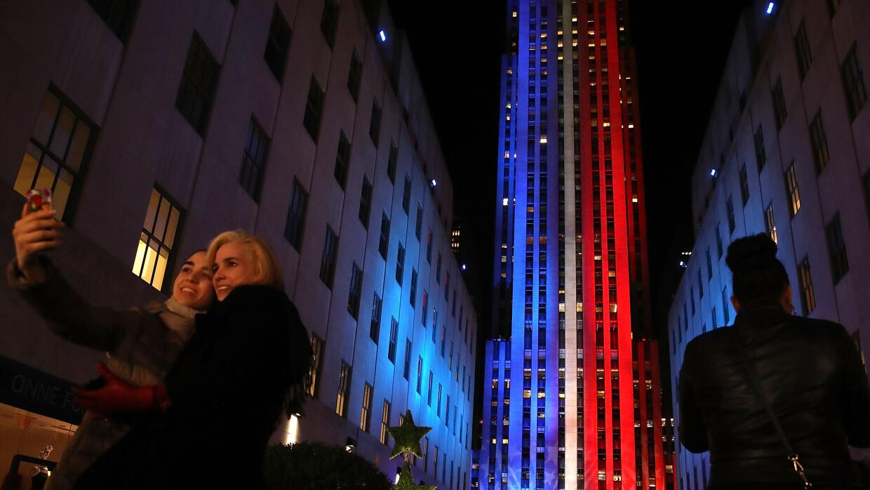 El Rockefeller Center vestido de azul, rojo y blanco la noche antes de l...