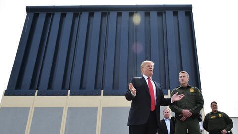 El presidente Trump habla ante uno de los prototipos propuestos para el...