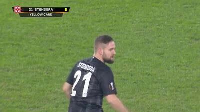 Tarjeta amarilla. El árbitro amonesta a Marc Stendera de Eintracht Frankfurt