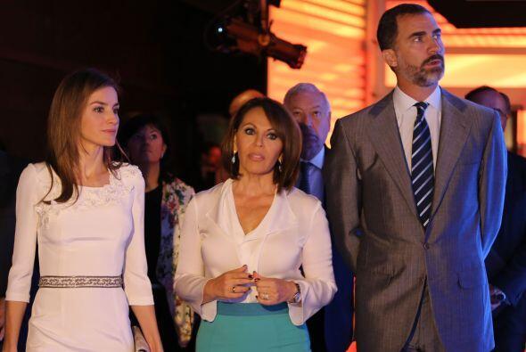 La princesa Letizia, Maria Elena Salinas y Felipe de Borbón ingre...