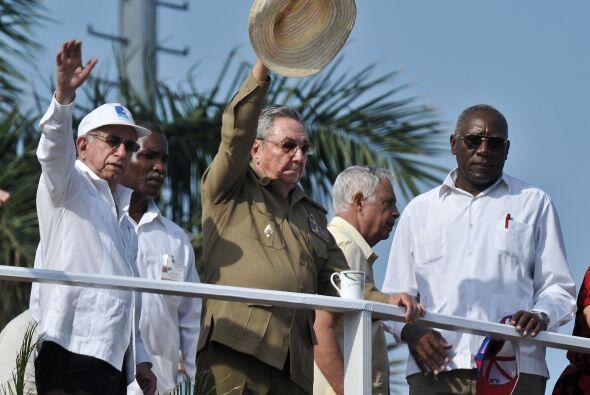 Enfundado en uniforme de general y sombrero campesino, Raúl, acompañado...
