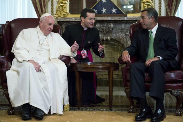 El presidente de la Cámara, John Boehner, habla con Francisco en el edif...