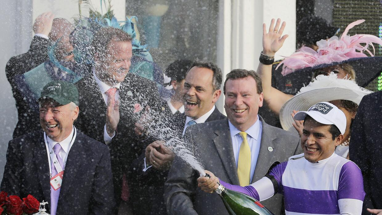 Mario Gutiérrez celebra después de su triunfo en el Derby de Kentucky