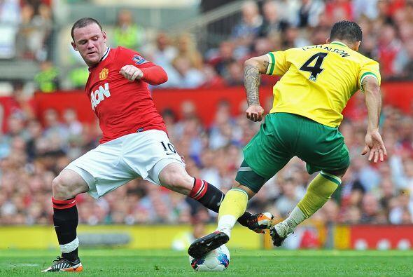 Mientras tanto, Rooney seguía en la busqueda del gol.