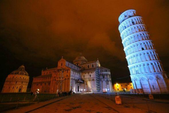 Torre de Pisa, Italia -El 2 de abril todos los grandes edificios y mon...