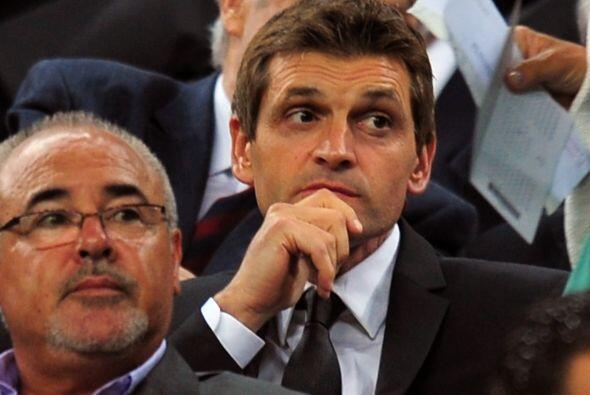 Tito Vilanova, técnico 'blaugrana', veía el juego desde las gradas al te...