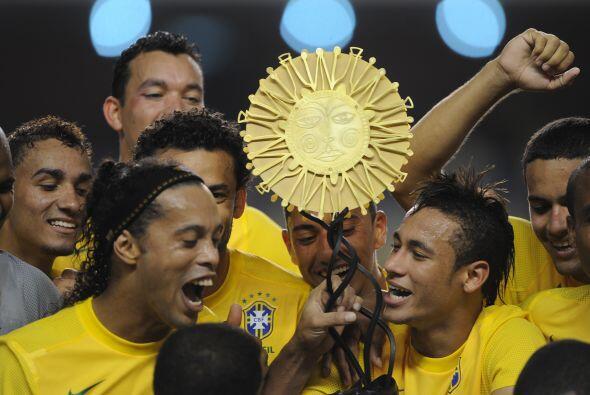 Ronaldinho y Neymar celebran a pleno con el trofeo del ´Superclásico de...