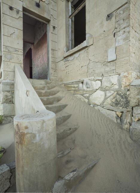 Las casas de un pueblo son cubiertas por arena