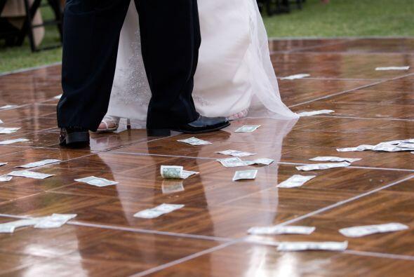 El baile del dinero es una costumbre que se utiliza en muchísimos países...