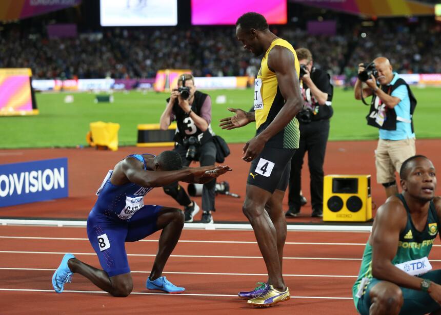 Justin Gatlin, ganador de los 100 metros planos, hace reverencia a quien...