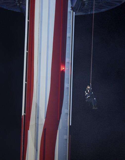 Los bomberos se descuelgan desde la plataforma de la atracción 'Sky...