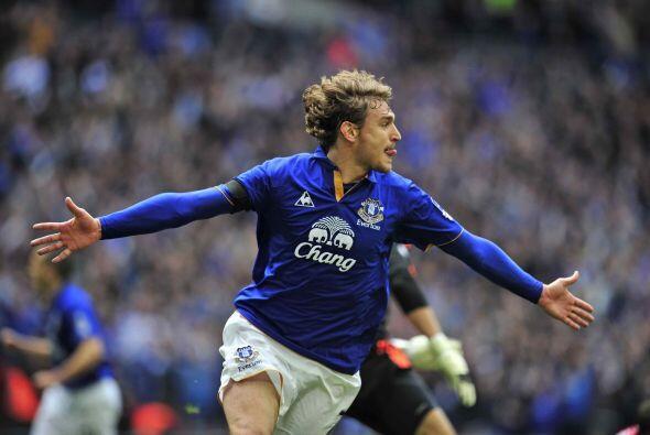 Nikica Jelavic puso el 1-0 al adelantar al Everton.