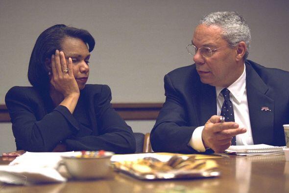 La asesora de Seguridad Nacional, Condoleezza Rice, habla con Powell. (I...