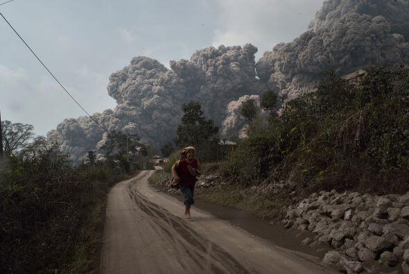 El país alberga más de 400 volcanes, de los que al menos 129 continúan a...