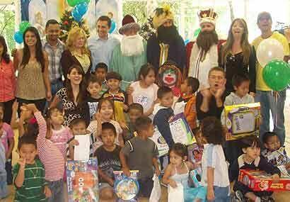 Fueron docenas de niños que quedaron boquiabiertos al ver llegar a los R...