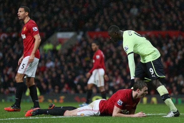 El '6' del United desviaba un disparo de Danny Simpson para hacer un aut...