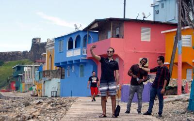"""Turistas que llegaron a La Perla tras los pasos de """"Despacito""""..."""
