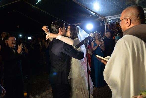 El primer beso de los nuevos esposos.
