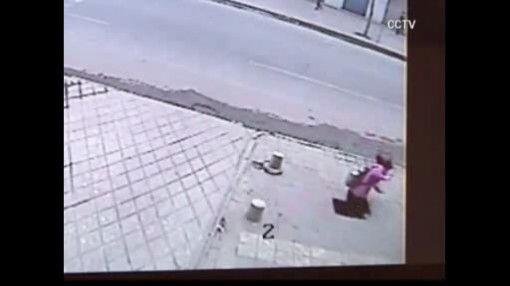Captado en video: Joven es tragada por la tierra en China