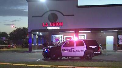 Autoridades intensifican la búsqueda de los sospechosos de asesinar a un hispano en un restaurante de Houston