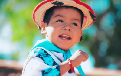 El niño Yuawi interpreta Movimiento Naranja.