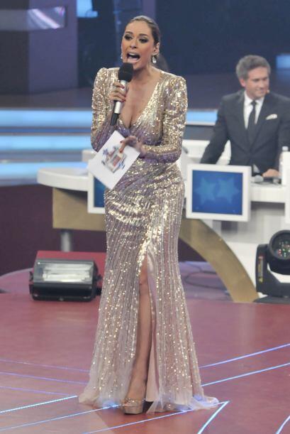Para cerrar el show vistió este deslumbrante vestido color dorado.