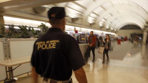 El Departamento de Seguridad Nacional de Estados Unidos coloca a agentes...