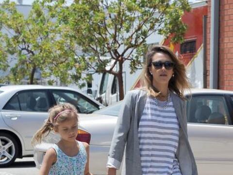 La estrella de cine llevó a su hija Honor a sus oficinas en West...