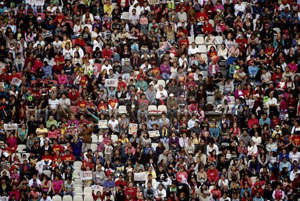 Las gradas del Estadio Azteca lucen a reventar.