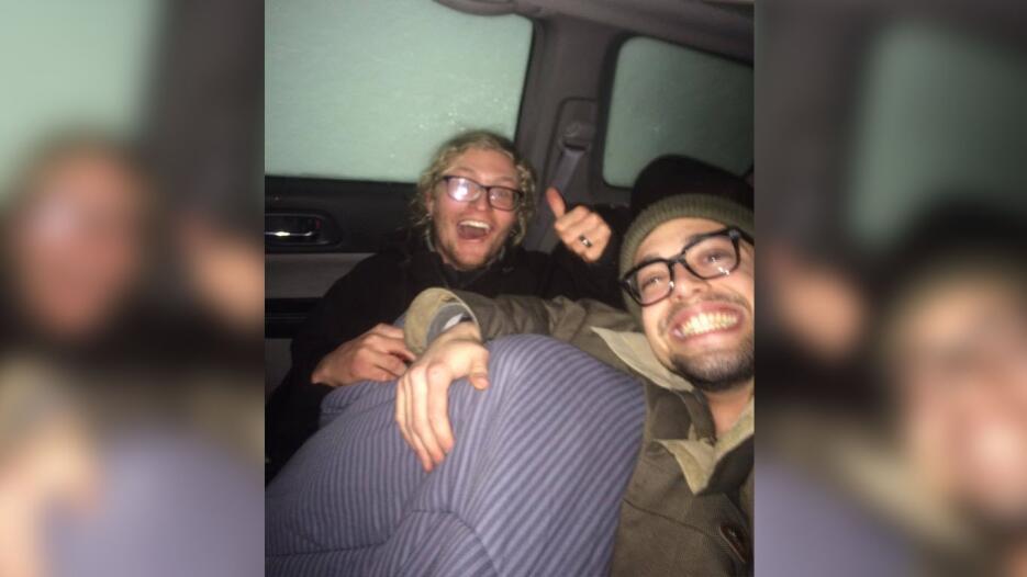 Neale Shutler (i) y David Ortiz (d) quedaron atrapados dentro de su auto...