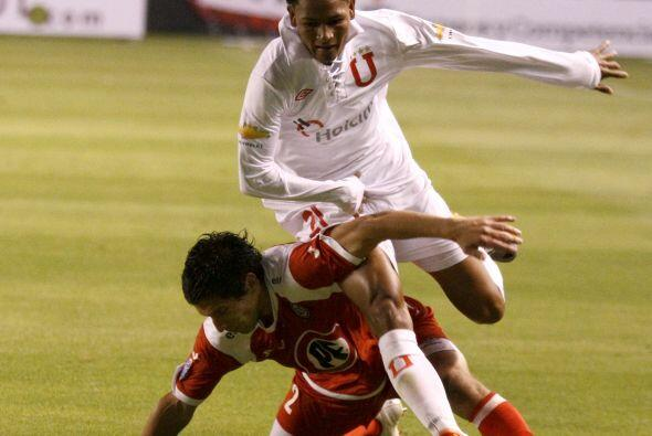 El jugador con el uniforme blanco de Liga de Quito se llamaba Gonzalo Ch...