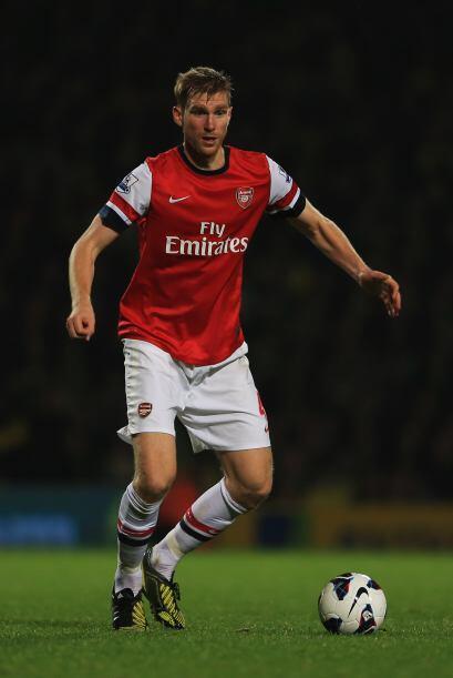 Per Mertesacker, el alemán del Arsenal, aparece en la zona central.