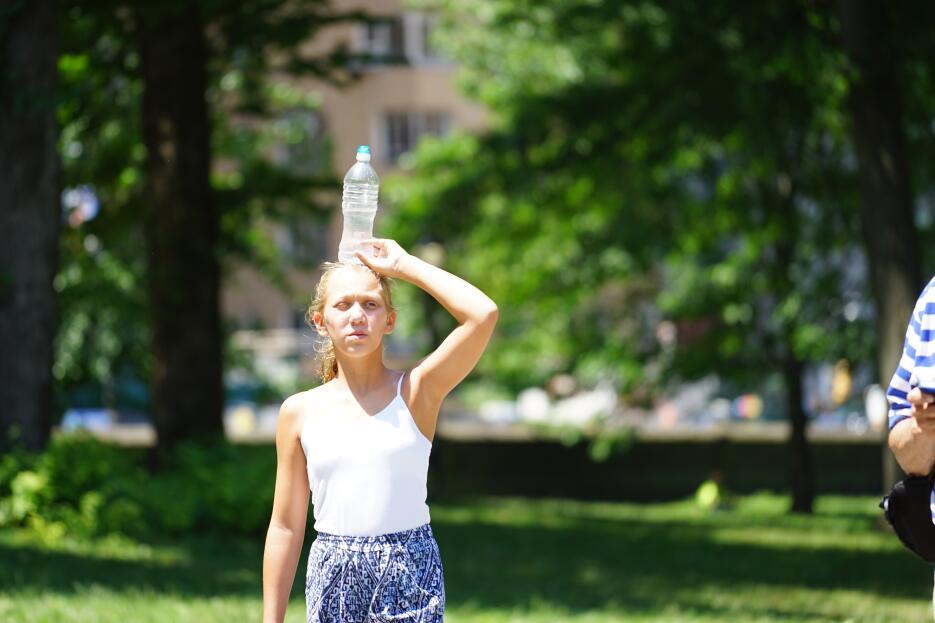 Turistas en Central Park como pueden se protegen del calor y la humedad.