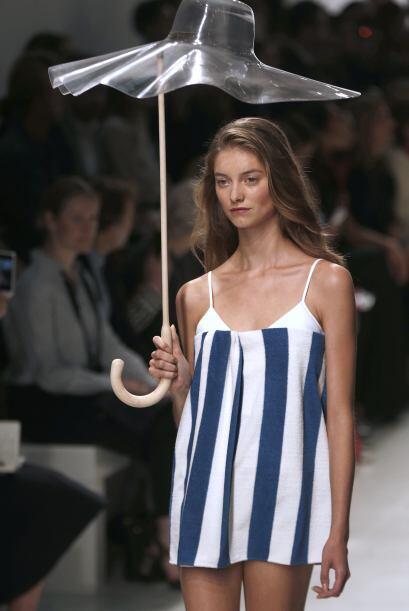 Una modelo presenta una creación de Chalayan, uno de los diseñadores más...