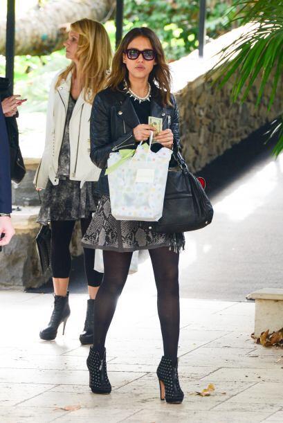 Pues la mayoría de las veces, Jessica adora conjugar prendas formales co...