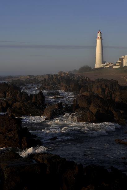 Unos 50 kilómetros al oeste se levanta el faro del Cabo Santa María, en...