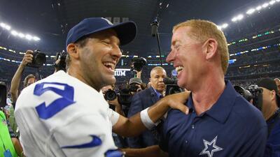 Tony Romo es felicitado por Jason Garrett.
