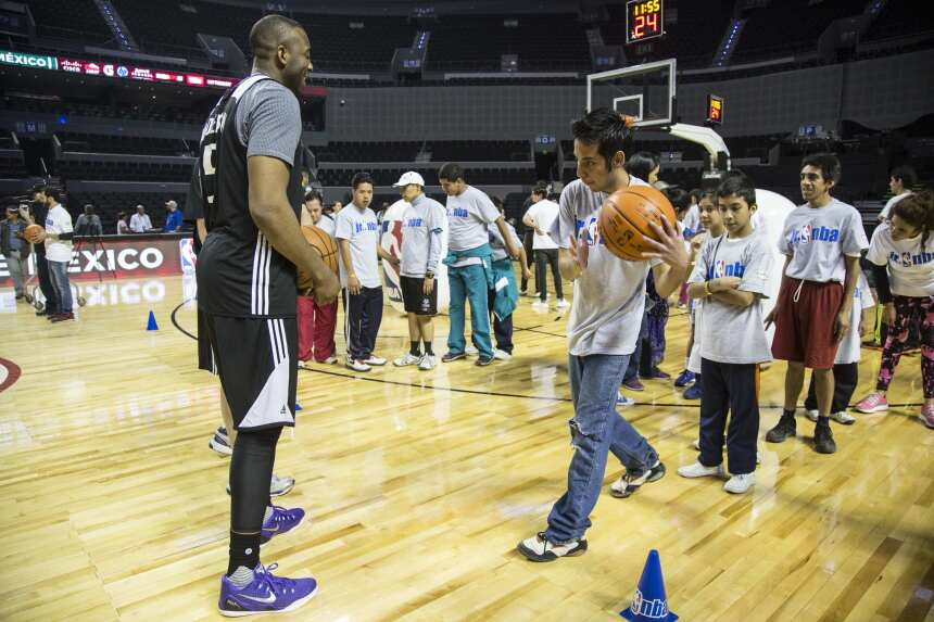 Jugadores de Kings de Sacramento ofrecieron hoy una clínica a integrante...