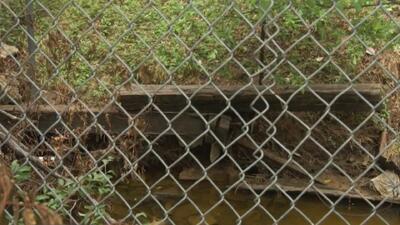 Falta de sistema de contención de un arroyo amenaza una vivienda en Fort Worth