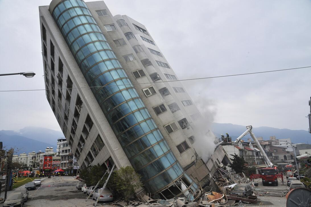 Un edificio residencial tendido sobre parte de su primera planta derriba...