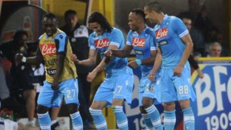 Los napolitanos festejan uno de sus goles ante el Bolonia, que les ha as...