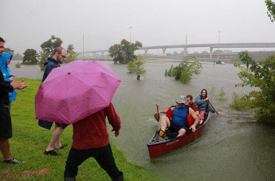 Residentes rescatan a conductores varados en las vías de Houston...