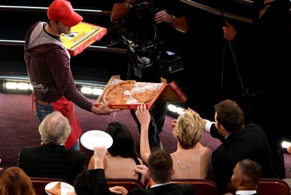 Aquí Bradley Cooper y Jennifer Lawrence toman una rebanada de pizza. Más...