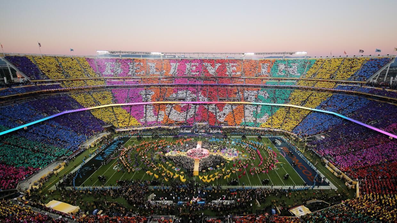 Todo el estadio se vistió de colores .