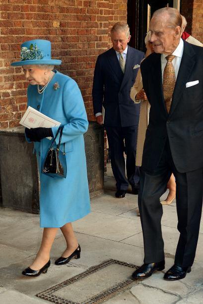 La reina Elizabeth lució un traje azul celeste con un sombrero del mismo...