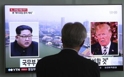 Un televisor muestra los rostros del presidente Donald Trump, y el l&iac...