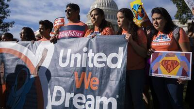 Juez federal ratifica fallo que protege DACA y exime al gobierno de aceptar nuevas solicitudes
